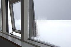 Humidité à une fenêtre image stock
