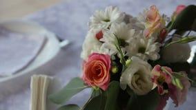 Hummel klettert in einen Blumenstrauß von Blumen stock video