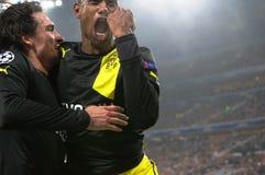 Hummels en Santana vieren doel tijdens de gelijke van het Champions League tegen Shakhtar Stock Afbeeldingen