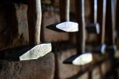 Hummer accrochants dans le workhop sur le mur de briques images stock