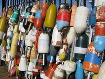 Hummer-Bojen, die im Hafen hängen Lizenzfreies Stockfoto