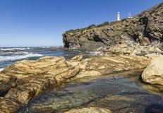 Hummer-Bucht-Kopf-Licht und Rocky Shore Lizenzfreies Stockfoto