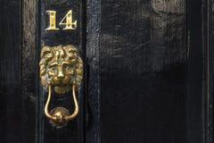Hummer di rame della porta del leone e numero, Westminster, Londra, Regno Unito Immagini Stock Libere da Diritti