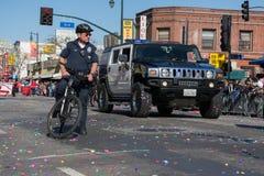 Hummer polisbil, under guld- Dragon Parede. Royaltyfri Bild