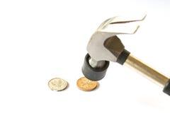 Hummer uderzenia monety pieniądze na białym tle obraz stock