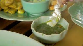 Hummerbein mit würzigem Dip, thailändisches Artlebensmittel stock video
