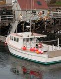 Hummerboot angekoppelt in Maine lizenzfreie stockfotos