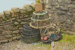 Hummerkorgar i hamnomgivning royaltyfria bilder