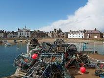 Hummerkruka i den Stonehaven hamnen, Skottland royaltyfri fotografi