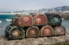 Hummerkrukor eller fällor på hamnväggen i England Royaltyfri Fotografi