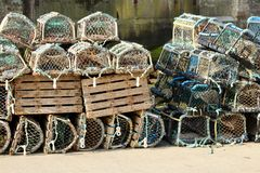 Hummerkrukor på hamnväggen i Staithes, Yorkshire, UK arkivfoto