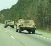 Hummers στρατού που οδηγούν κάτω από το διακρατικό στοκ εικόνες