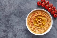 Hummus中东垂度浆糊关闭用辣椒粉、tahini和橄榄油,健康饮食自然素食快餐 免版税图库摄影