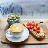 Hummus和蕃茄三明治、沙拉和新鲜的热的热奶咖啡咖啡 免版税图库摄影