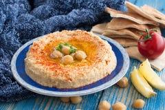 Hummus或鸡豆酱,开胃菜由被捣碎的鸡豆制成浸洗用柠檬、大蒜、小茴香、sesami、橄榄油和香菜 图库摄影