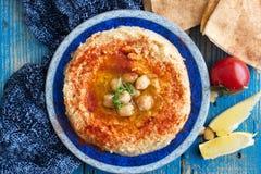 Hummus或鸡豆酱,开胃菜由被捣碎的鸡豆制成浸洗用柠檬、大蒜、小茴香、sesami、橄榄油和香菜 库存图片