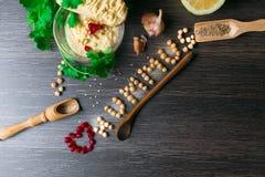 Hummus或houmous,开胃菜由与tahini的被捣碎的鸡豆制成,香橼、大蒜、橄榄油、荷兰芹、小茴香和雪松 库存图片
