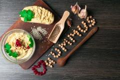 Hummus或houmous,开胃菜由与tahini的被捣碎的鸡豆制成,香橼、大蒜、橄榄油、荷兰芹、小茴香和雪松 免版税库存图片