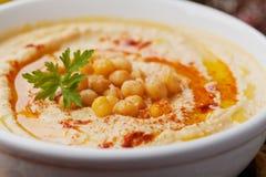 Hummus或houmous,开胃菜由被捣碎的鸡豆制成, tahini、柠檬、大蒜、橄榄油、荷兰芹和辣椒粉 库存照片