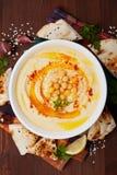 Hummus或houmous,开胃菜由被捣碎的鸡豆制成, tahini、柠檬、大蒜、橄榄油、荷兰芹和辣椒粉 免版税库存图片