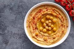 Hummus自创中东垂度浆糊关闭用辣椒粉、tahini、芝麻和橄榄油 库存照片