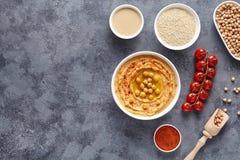 Hummus自创中东垂度浆糊平的位置用辣椒粉、tahini、芝麻和橄榄油,自然的健康饮食 库存图片