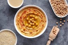 Hummus自创中东阿拉伯垂度浆糊平的位置用辣椒粉、tahini、芝麻和橄榄油 图库摄影