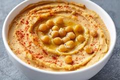 Hummus自创传统中东垂度浆糊关闭用辣椒粉、tahini和橄榄油,健康饮食 免版税库存照片