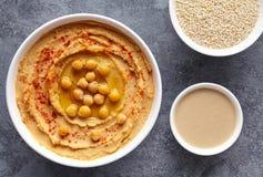 Hummus自创传统垂度浆糊平的位置用辣椒粉、tahini、芝麻和橄榄油,自然的健康饮食 库存图片