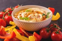 Hummus και chickpea Εβραϊκή κουζίνα καλλιτεχνικά λεπτομερή οριζόντια μεταλλικά Παρίσι πλαισίων του Άιφελ πρότυπα της Γαλλίας που  Στοκ Εικόνες