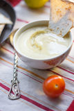 Hummus - παραδοσιακά λιβανέζικα τρόφιμα Hummus στο παραδοσιακό κύπελλο με το κομμάτι tht του ψωμιού Στοκ Εικόνες