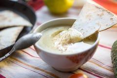 Hummus - παραδοσιακά λιβανέζικα τρόφιμα Hummus στο παραδοσιακό κύπελλο με το κομμάτι tht του ψωμιού Στοκ εικόνα με δικαίωμα ελεύθερης χρήσης