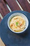 Hummus в предпосылке шара, взгляд сверху, серых и деревянных Стоковая Фотография