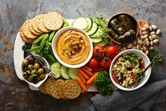 Hummus и диск овощей с салатом зерна Стоковое Изображение RF