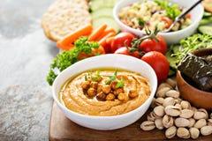 Hummus и диск овощей с салатом зерна Стоковое Изображение