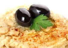Hummus adornó con las aceitunas negras Fotos de archivo