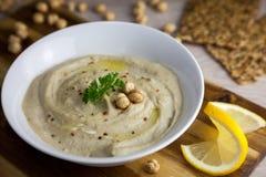 Hummus - alimento sano del vegano con aglio e limon fotografia stock