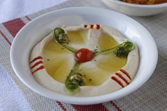 Hummus arabo dell'alimento in una ciotola fotografia stock
