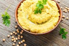 Hummus auf rustikalem Holztisch Lizenzfreie Stockfotografie