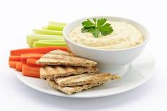 Hummus avec du pain et des légumes de pita Photos libres de droits