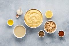 Hummus-Bestandteile Kichererbse, tahini, Olivenöl, indischer Sesam, Kräuter stockfotografie