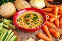 Hummus casalingo classico con olio d'oliva, carote, cetriolo, flatbread, prezzemolo Fotografie Stock Libere da Diritti