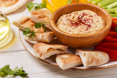 Hummus caseiro com os legumes frescos sortidos e o pão do pão árabe Fotos de Stock