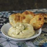 Hummus caseiro com pão do pão árabe fotografia de stock
