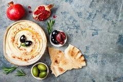 Hummus caseiro com paprika, azeite Culinária árabe tradicional e autêntica do Oriente Médio Alimento do partido de Meze imagem de stock royalty free