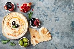 Hummus caseiro com paprika, azeite Culinária árabe tradicional e autêntica do Oriente Médio Alimento do partido de Meze imagem de stock