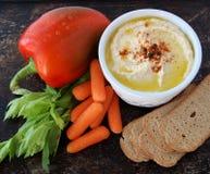 Hummus com biscoitos e vegetarianos imagens de stock