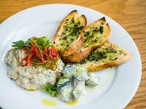 hummus com pão de alho Imagens de Stock