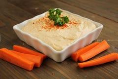 Hummus con las zanahorias Fotos de archivo