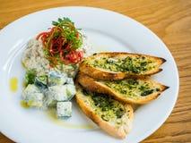 hummus con pane all'aglio Immagine Stock Libera da Diritti